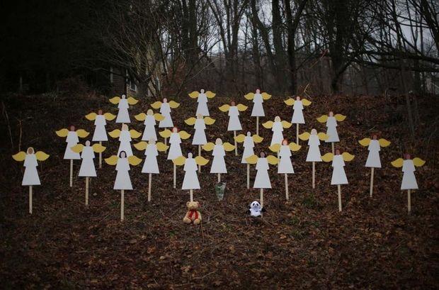 Фігурки дерев'яних ангелів біля школи