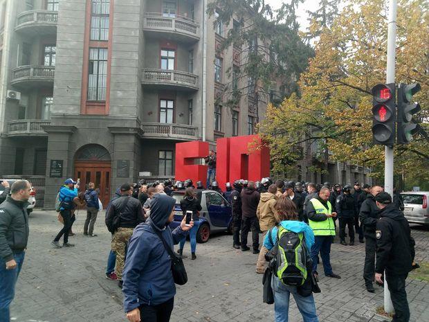 Активісти влаштували погром під офісом партії