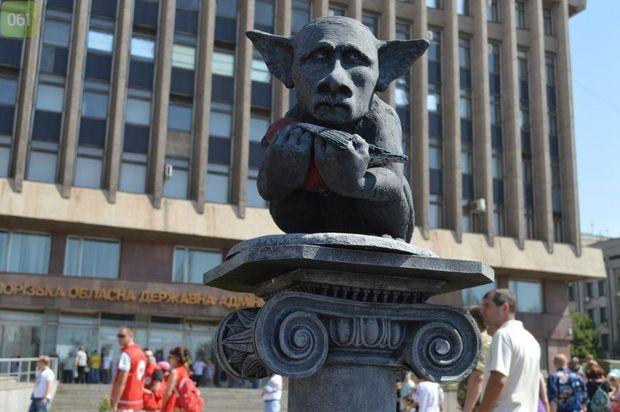 Пам'ятник, присв'ячений Путіну і снігурям