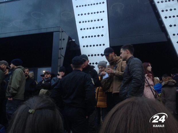 Львовские активисты блокируют концерт Бабкина: начались столкновения сполицией