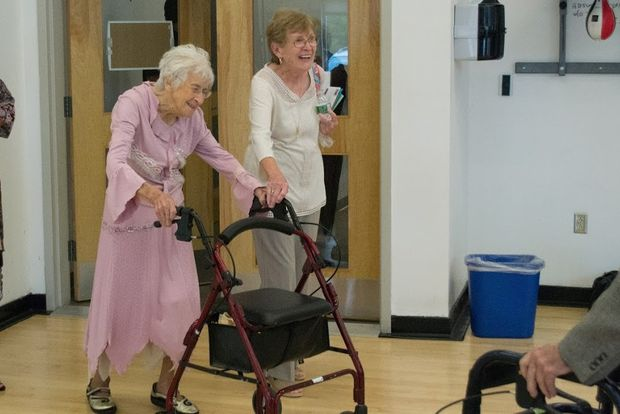 106-річна Агнес Аллен займається з тренером у фітнес-залі