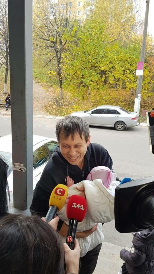 Щасливий батько з немовлям