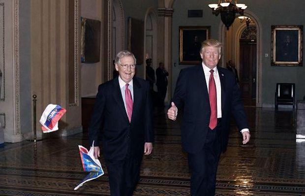 У Трампа кинули російськими прапорцями