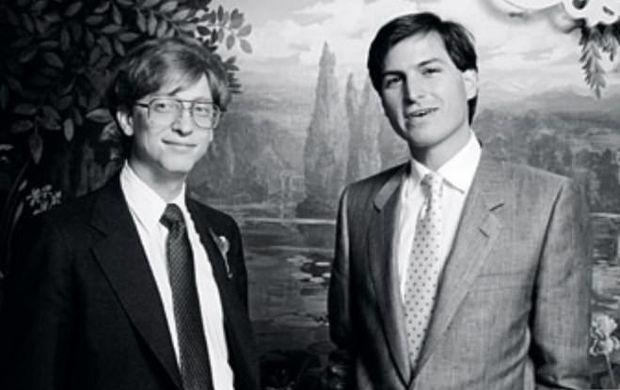 Білл Гейтс (ліворуч) та Стів Джобс (праворуч)