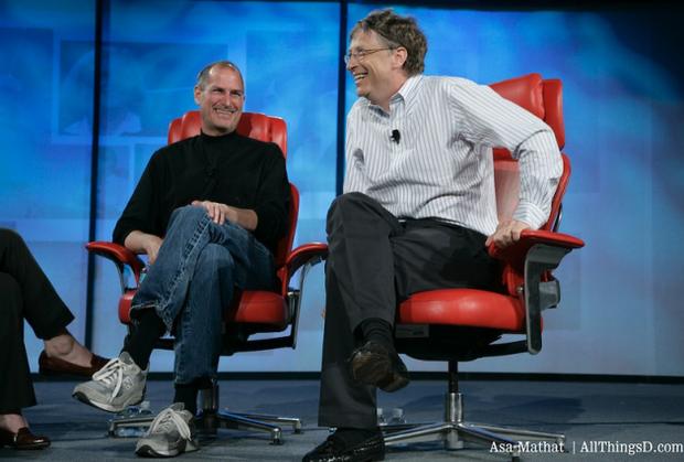 Стів Джобс (ліворуч) та Білл Гейтс (праворуч)