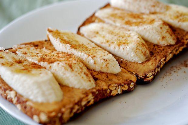 Тости з арахісовою пастою та бананом на сніданок