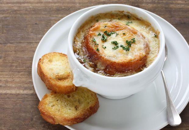 Рецепт цибулевого супу легко повторити на домашній кухні