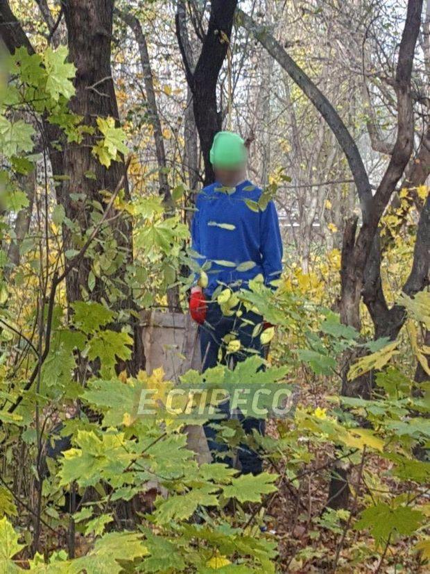 У парку Києва повісився чоловік
