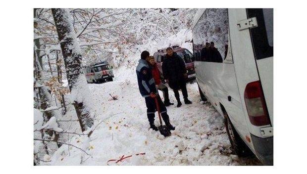 Мікроавтобус застряг у сніговому заметі в Криму