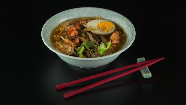 Рецепт супу з креветками та локшиною