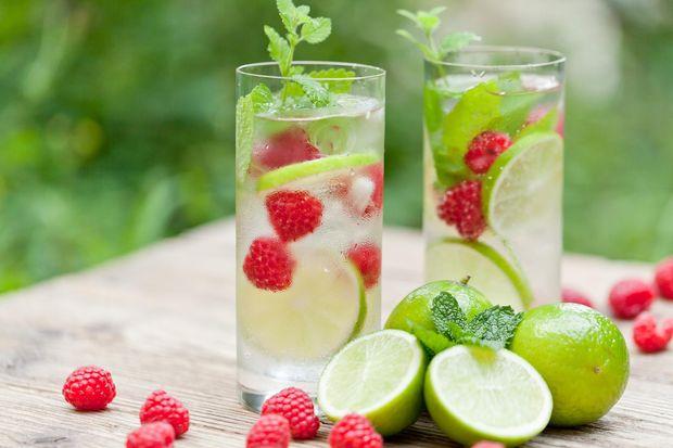 Додавайте у воду сезонні овочі та фрукти. Експериментуйте!