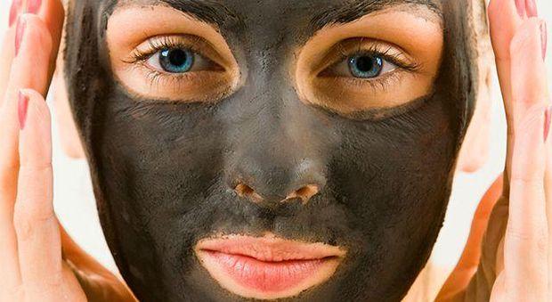 Маска для обличчя із активованого вугілля