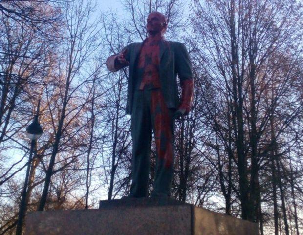 Пам'ятник Леніну облили червоною фарбою в Росії