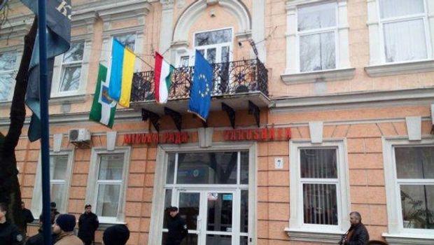 У Берегові з мерії зірвали прапор Угорщини фото