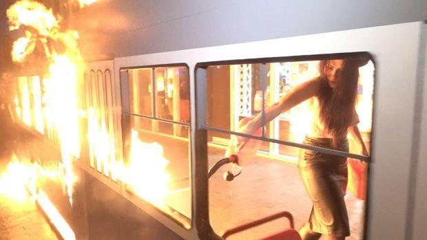 Femen підпалили макет трамвая біля магазину Roshen у Вінниці