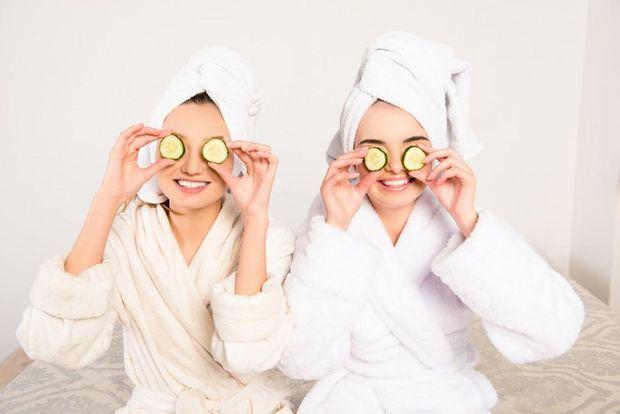 Як позбутися мішків під очима: прикладіть до очей холодні скибочки огірка