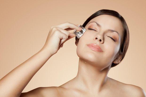 Як позбутися мішків під очима: вмивайтесь крижаною водою або використовуйте лід