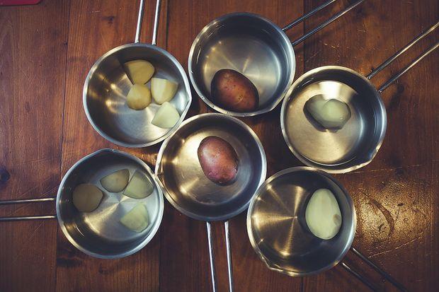 Як і скільки варити очищену картоплю