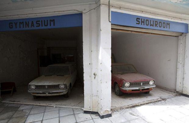 Автомобілі в колишньому торговому центрі