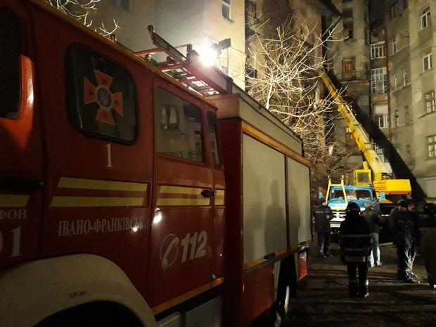 Працівники ДСНС розбирають завали біля будинку, де обвалились три балкони