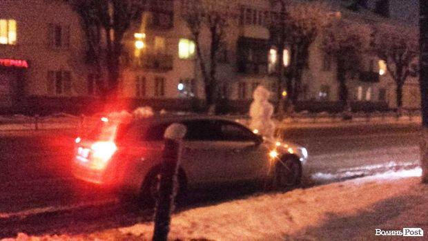У Луцьку авто їздило зі сніговиком на капоті