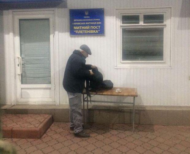 Росіянин напав із ножем на працівників ДМС та СБУ