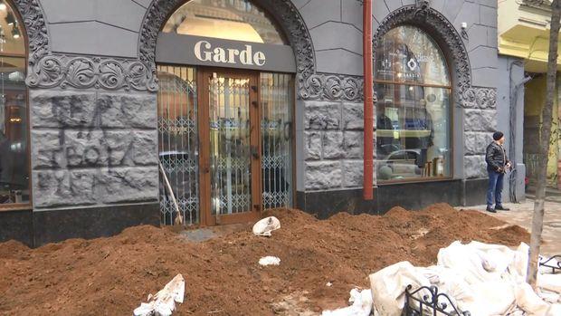 Під магазин уцентрі Києва висипали машину гною