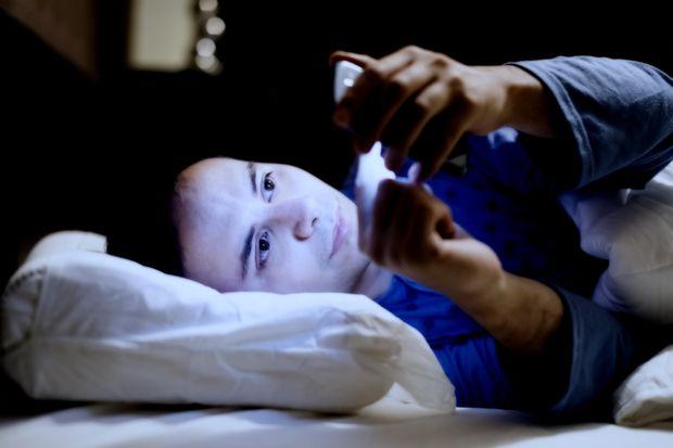 Під час сну кладіть смартфон якомого подалі від себе