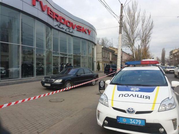 Озброєні чоловіки забарикадувались в автосалоні Одеси