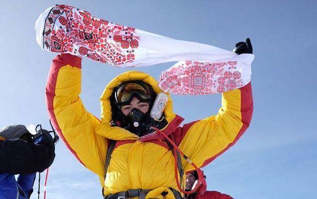 Українка Тетяна Яловчак підіймає вишитий рушник на Евересті