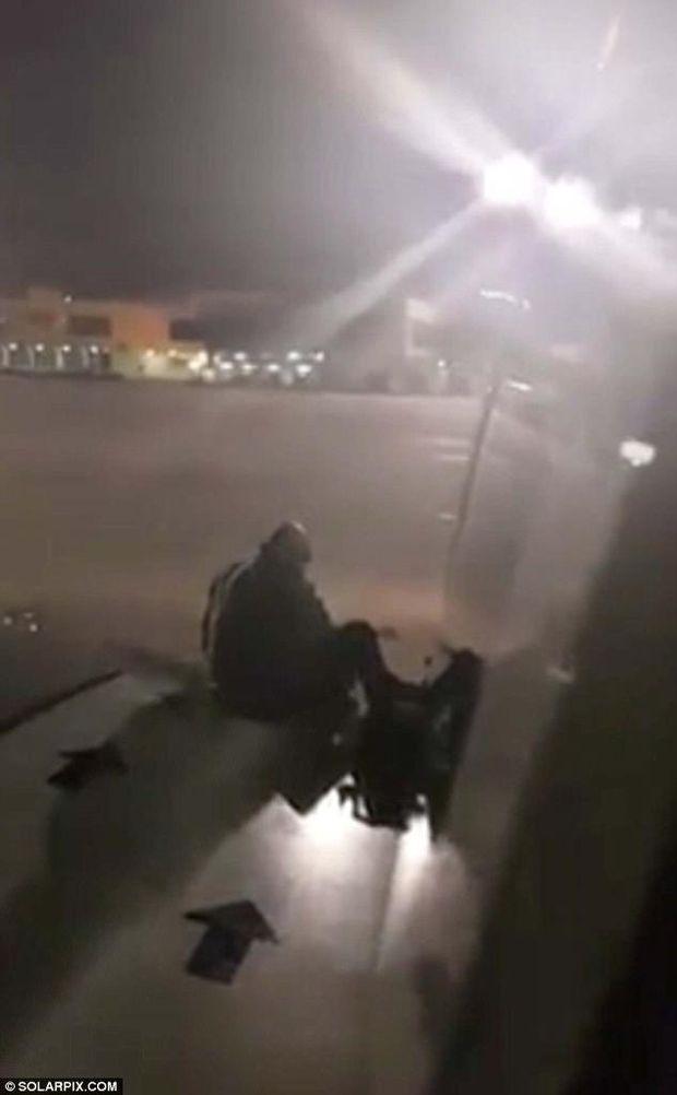 Чоловік хотів вийти з літака через крило