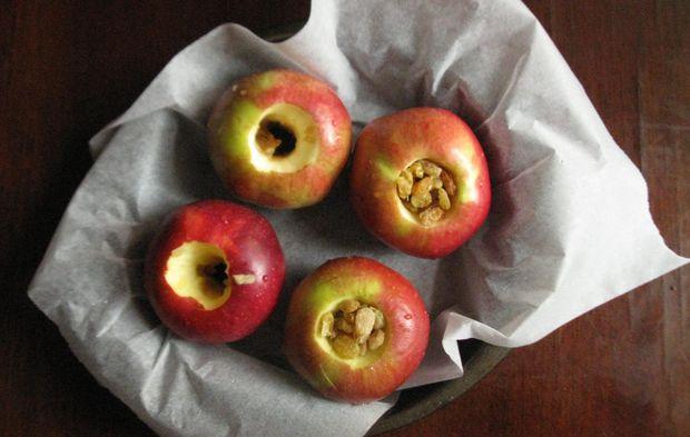 Як запекти яблука з родзинками та горіхами