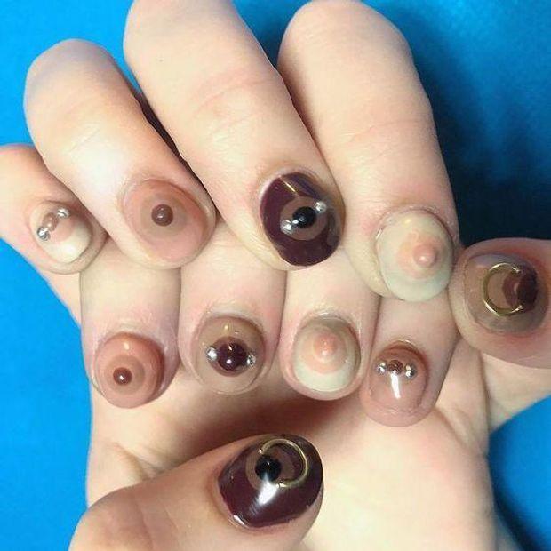 Жіночі груди на нігтях