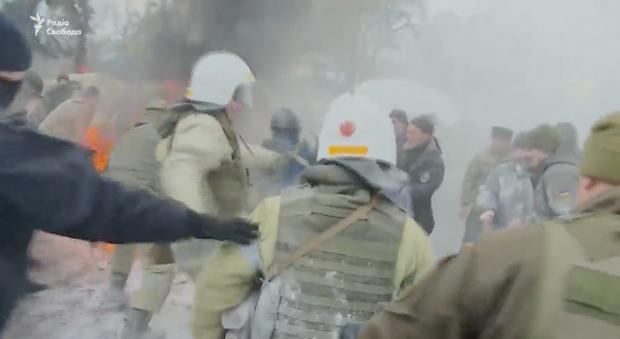 Під Радою знову сутички: мітингувальники палять шини