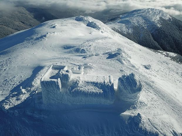 Обсерваторія на горі Піп Іван взимку