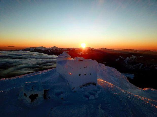 Світанок у Карпатах на горі Піп Іван взимку