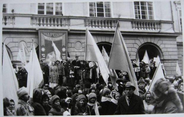 Мітинг на честь Дня Соборності в 1990 році у Львові. Автор фото: Андрій Книш
