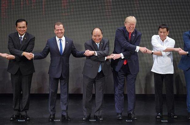 Трамп рукостискання Медведєв Дутерте