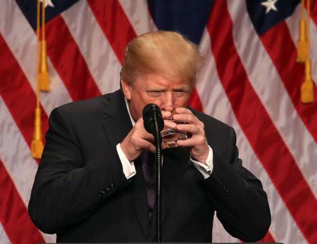 Трамп п'є воду