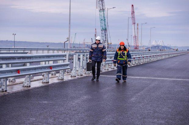 На Керченському мості встановили перші бар'єрні огорожі та освітлення