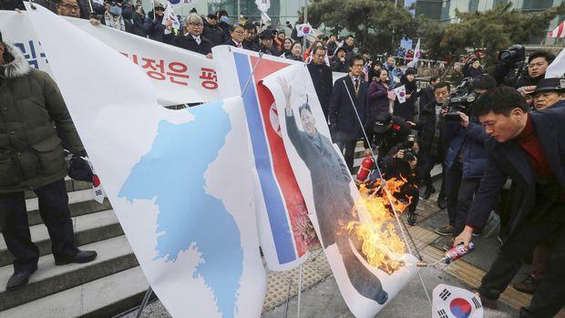 У Південній Кореї спалили прапор Кім Чен Ина