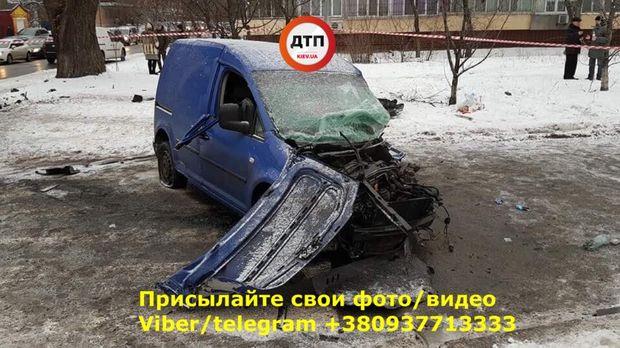 У Києві авто на великій швидкості врізалося у стовп
