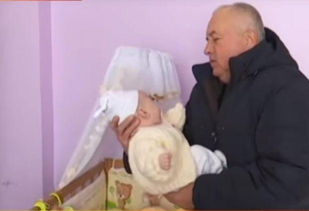 На Львівщині у 50-річної жінки і 60-річного чоловіка народилася донька