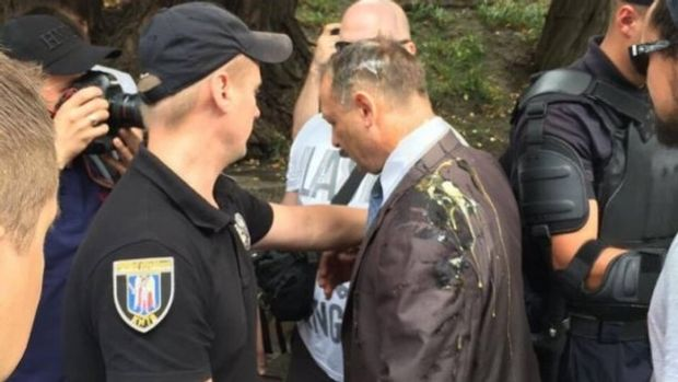 Олега Барну активісти закидали яйцями