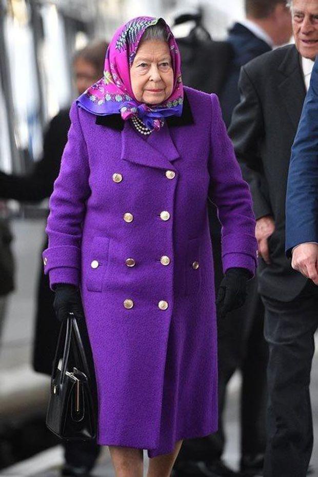 Королева Єлизавета ІІ обрала стильне пальто глибокого фіолетового кольору