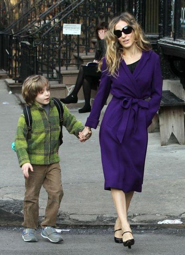 Сара Джесіка Паркер обрала більш сучасне пальто, але теж фіолетового кольору