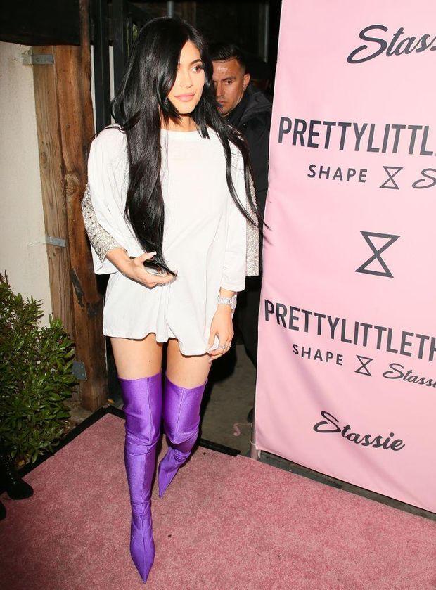 Кайлі Дженнер поєднала коротку білу сукню із насиченими фіолетовими ботфортами