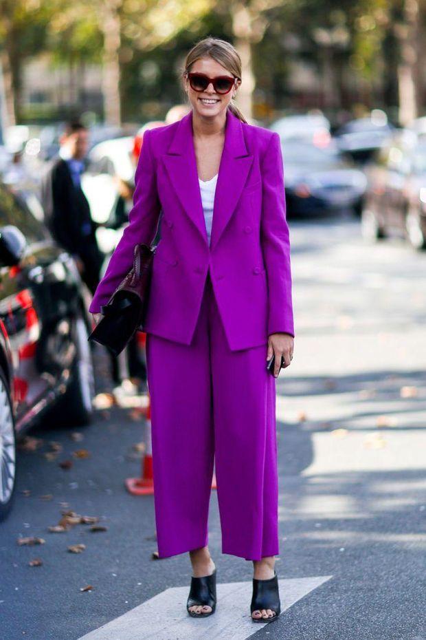 Брючний фіолетовий костюм виглядає дуже стильно
