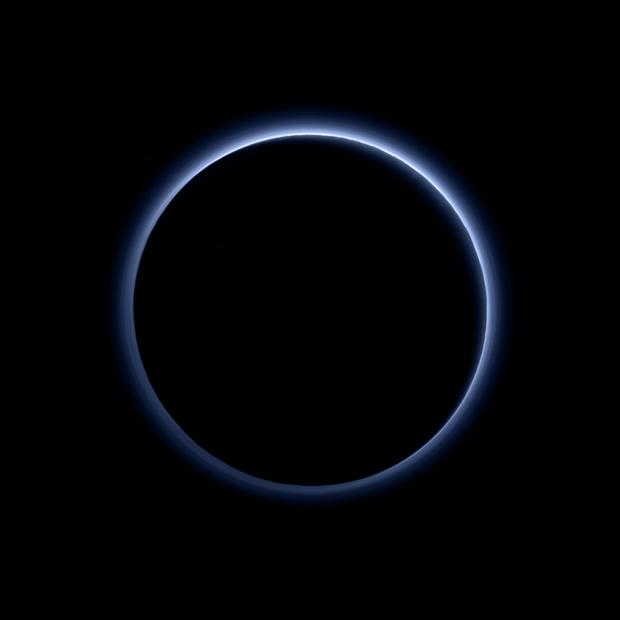 Небо Плутона – підсвічені сонцем нижні шари атмосфери.