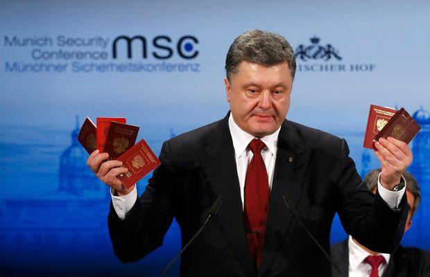 Петро Порошенко показав російські паспорти у Мюнхені